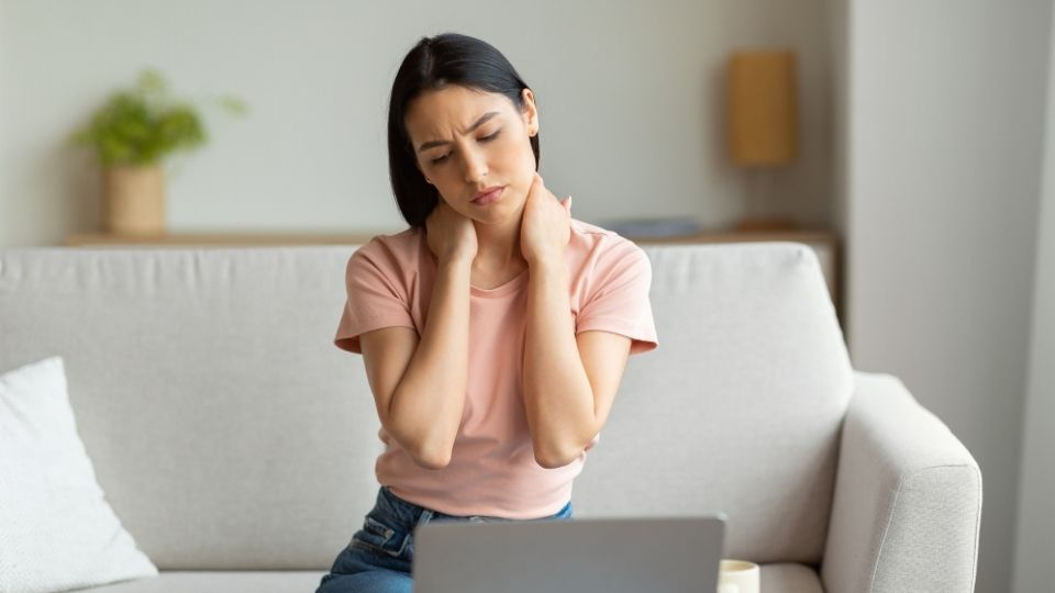 woman sitting laptop neck pain