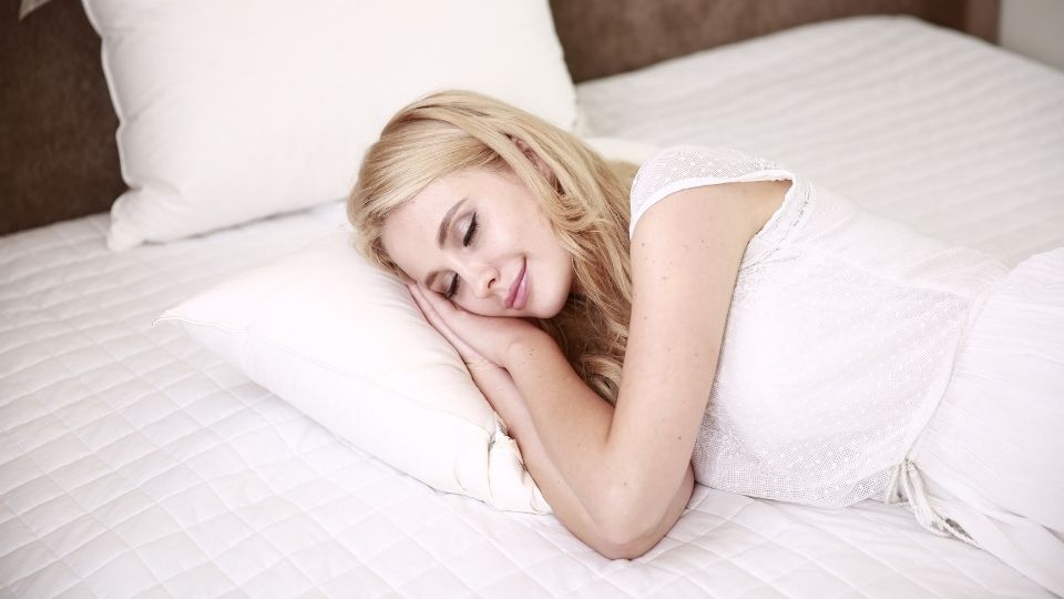 woman without back pain sleeping on a pillow